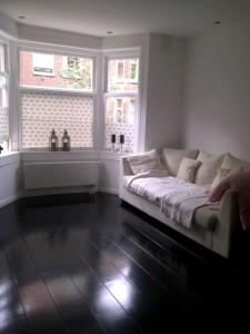 Nieuwe vloer, geresoreerde kozijn en nieuwe gestucte muren
