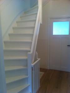 Gerenoveerd trappenhuis naar eerste etage